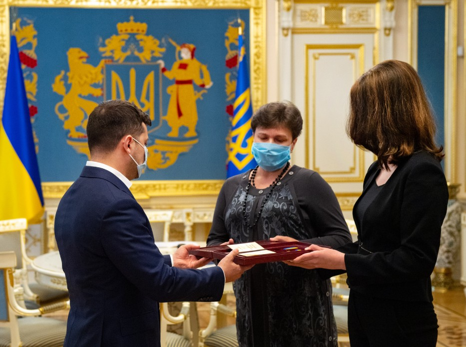 Президент вручив ордени рідним співробітників СБУ, які загинули на Донбасі