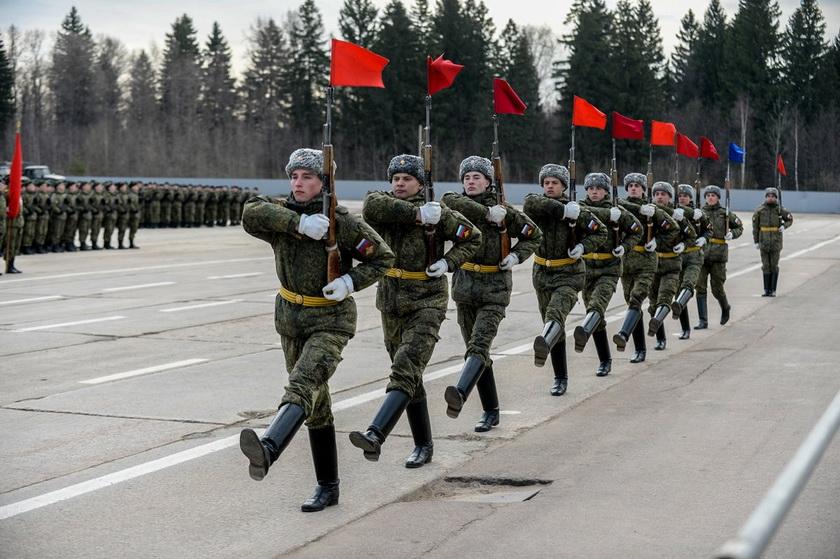 В России на репетиции военного парада заразились коронавирусом сотни людей