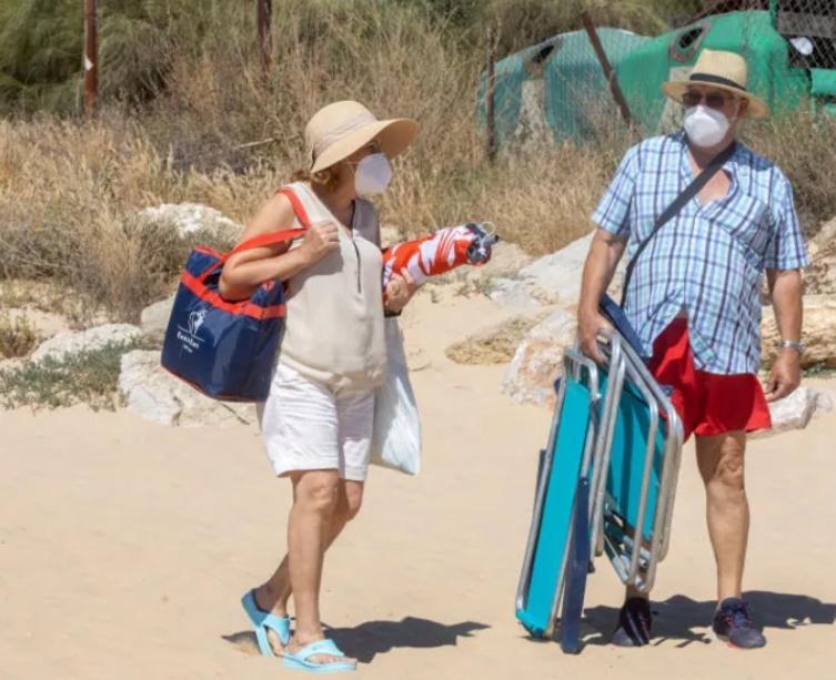 Маски на пляже: нужно ли надевать