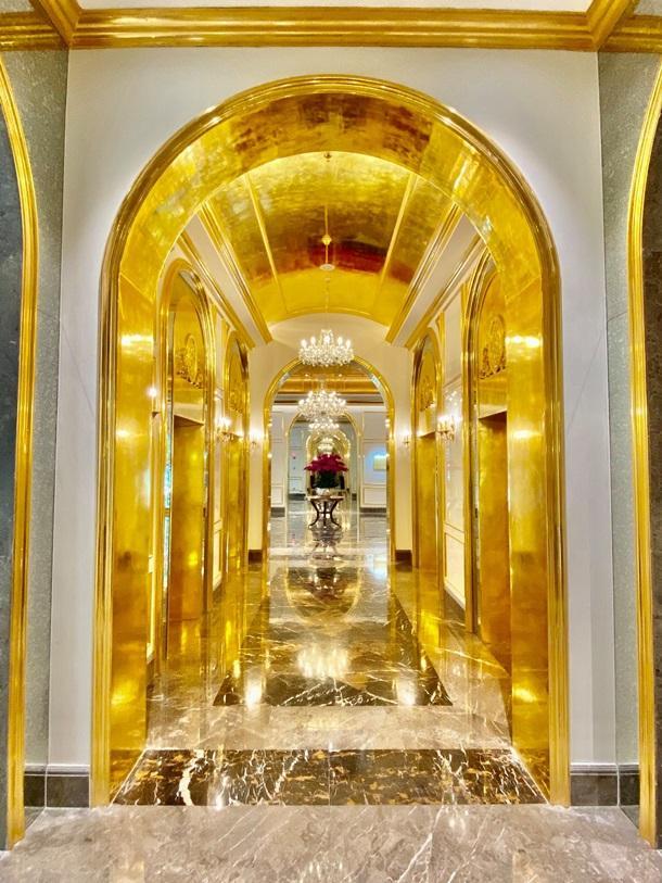 Открылся первый в мире покрытый золотом отель. Фото