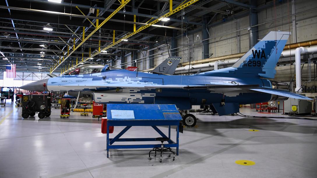 ВВС США для учений перекрашивают истребители F-16 в цвета «вероятного противника» из РФ. ФОТО