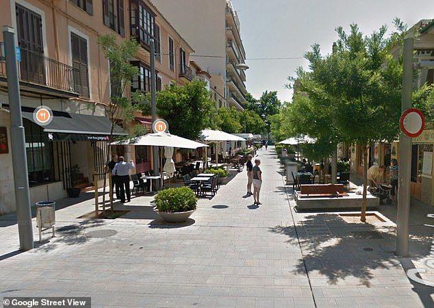 Туриста арестовали за кашель в ресторане