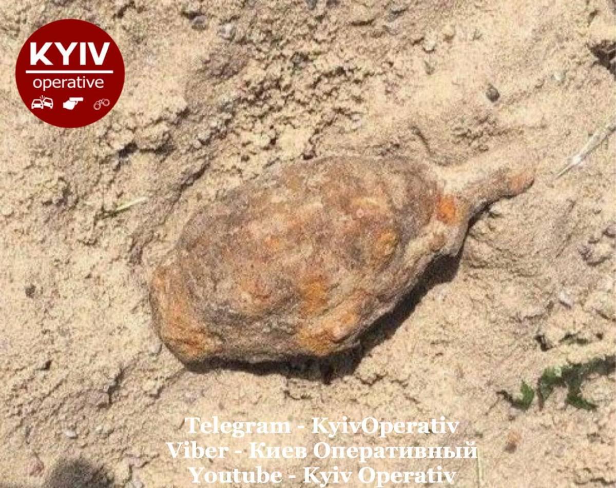 В Киеве в детской песочнице нашли боевую гранату