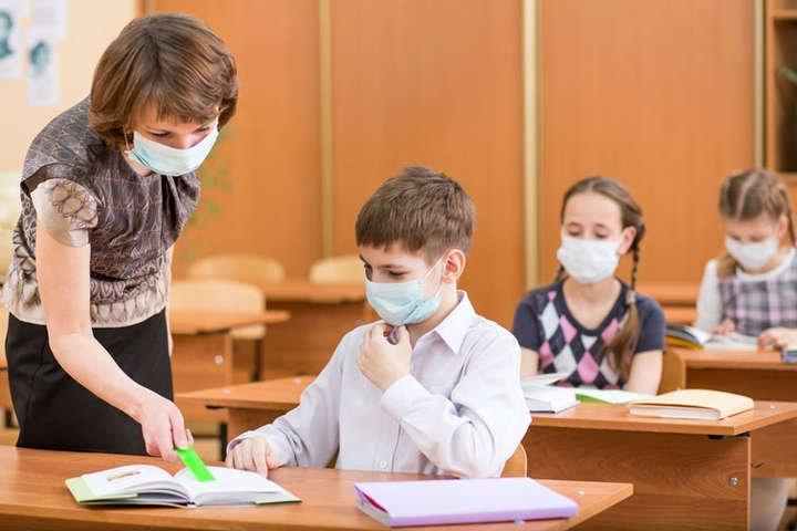 Карантин в Украине: переводить школьников на дистанционное обучение или нет