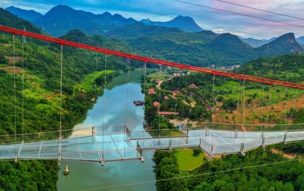 Самый длинный подвесной стеклянный мост открыли в Китае