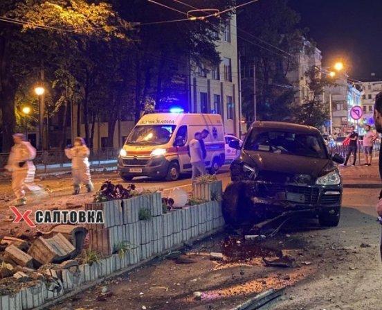 В Харькове разбили Porsche о бетонную клумбу