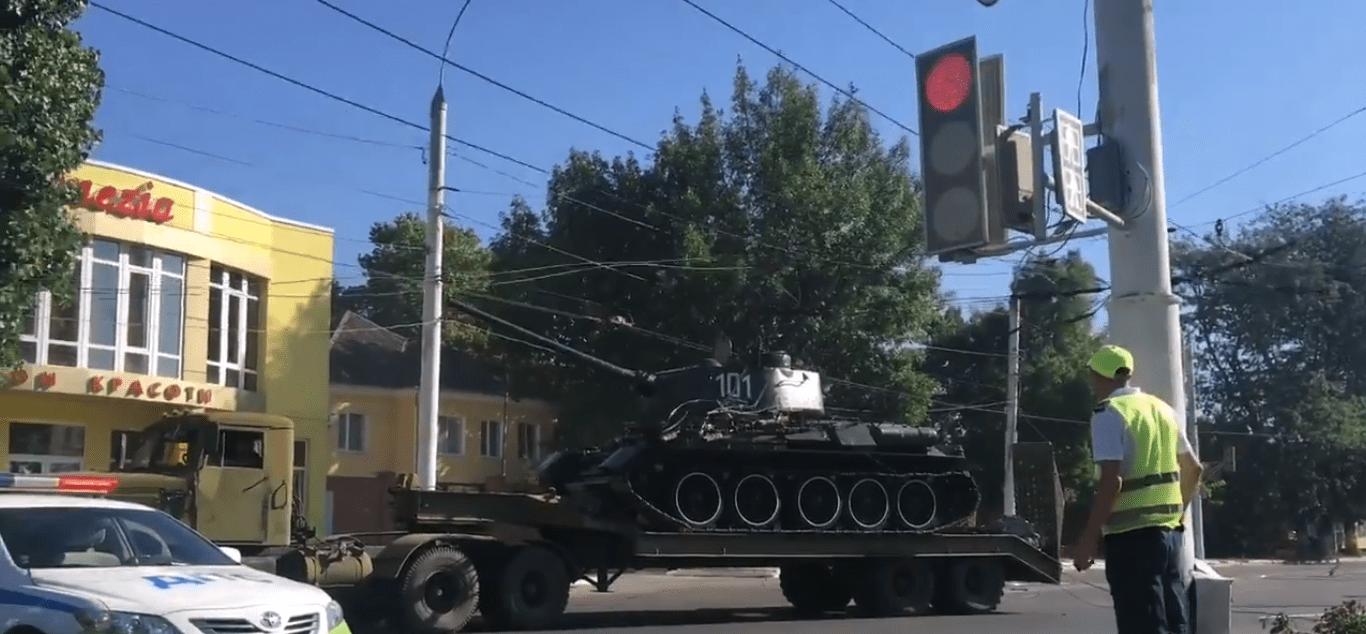 В оккупированном РФ Тирасполе танк снес электроповода: опубликовано видео