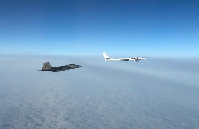 Американские самолеты перехватили бомбардировщики и истребители ВКС РФ в районе Аляски.