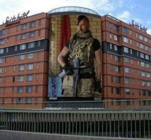 """Брюссель, у столиці Бельгії на стіні готелю з'явився надзвичайно зворушливий мурал – об'ємне зображення всесвітньо відомого оперного співака Василя Сліпака. Вічна пам""""ять Герою!"""