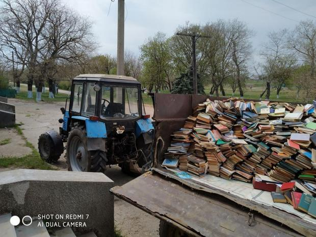 Мало того, що школу закрили, так ще й книжки знищують!!! Подивіться ці фото!!!Мережа в шоці….