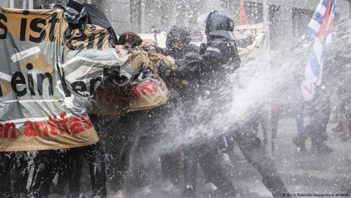 В Германии полиция применила водометы против «ковид-диссидентов». ВИДЕО
