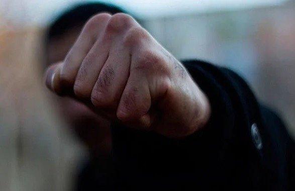 В Киеве группа из восьми человек избила и ограбила иностранца