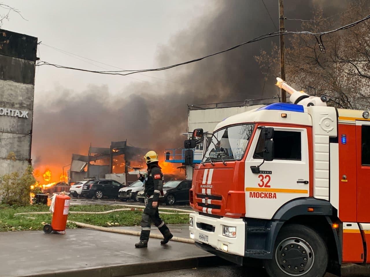 В Москве горит склад газовых баллонов, слышны сильные взрывы. ВИДЕО