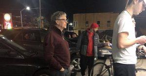 """Білл Гейтс """"забув"""", що у нього $ 100,000,000,000 доларів, і чекає свій бургер в черзі."""