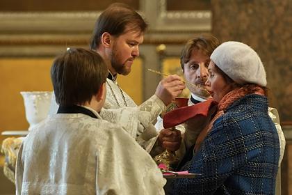 Коронавирус в РФ: РПЦ отказалась от одноразовых ложек для причастия