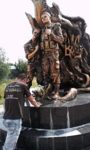 Пам'ятник воїнам, які загинули в Іловайському котлі…у селі Баня неподалік від міста Моршин.