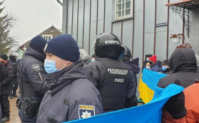 Прибічники московського патріархату заблокували храм ПЦУ на Буковині: що відбувається