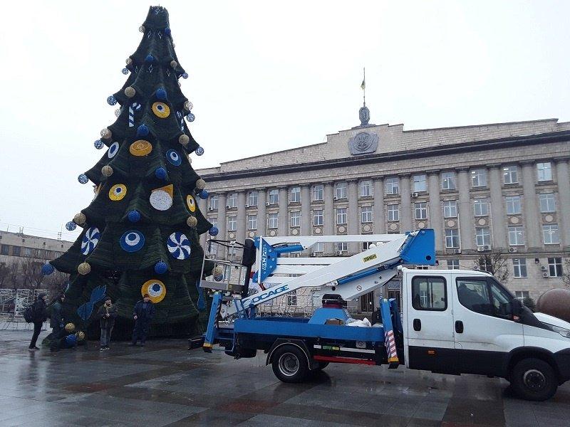 В Черкассах главную городскую елку украсили амулетами от сглаза