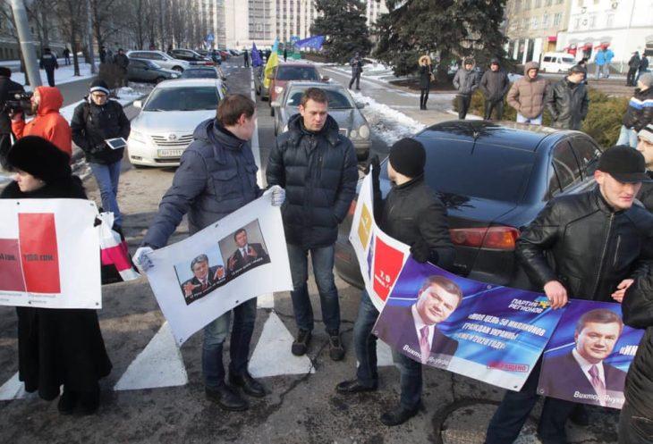 Крайній праворуч з плакатом стоїть Олександр Шрамко з «Батьківщини». Він ще не знає, що йому залишилося жити всього кілька місяців. Влітку 2014 його викрали борці за «русскій мір», і більше з тих пір його ніхто не бачив.