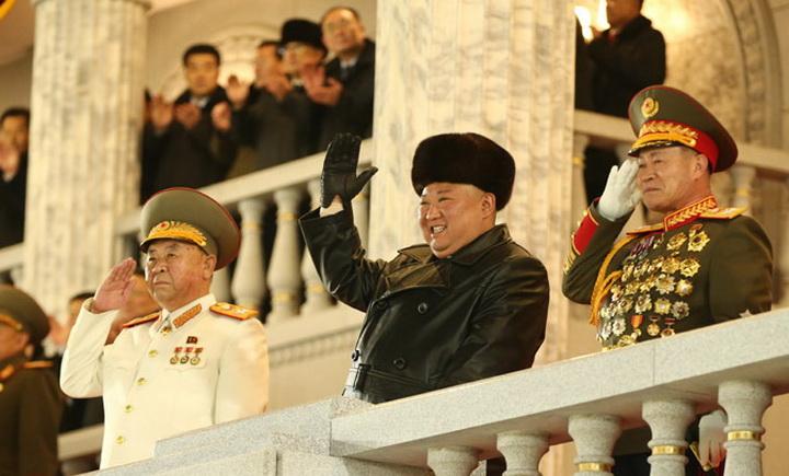 Ким Чен Ын принял военный парад в Пхеньяне: фото и полное видео