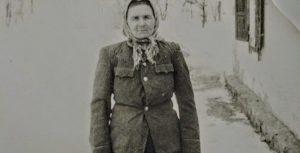 1954. Моїй бабусі 45 років. Для фото вона причепурилася в кітель сина, який прийшов з армії … злидні. Робота в колгоспі за паличку …