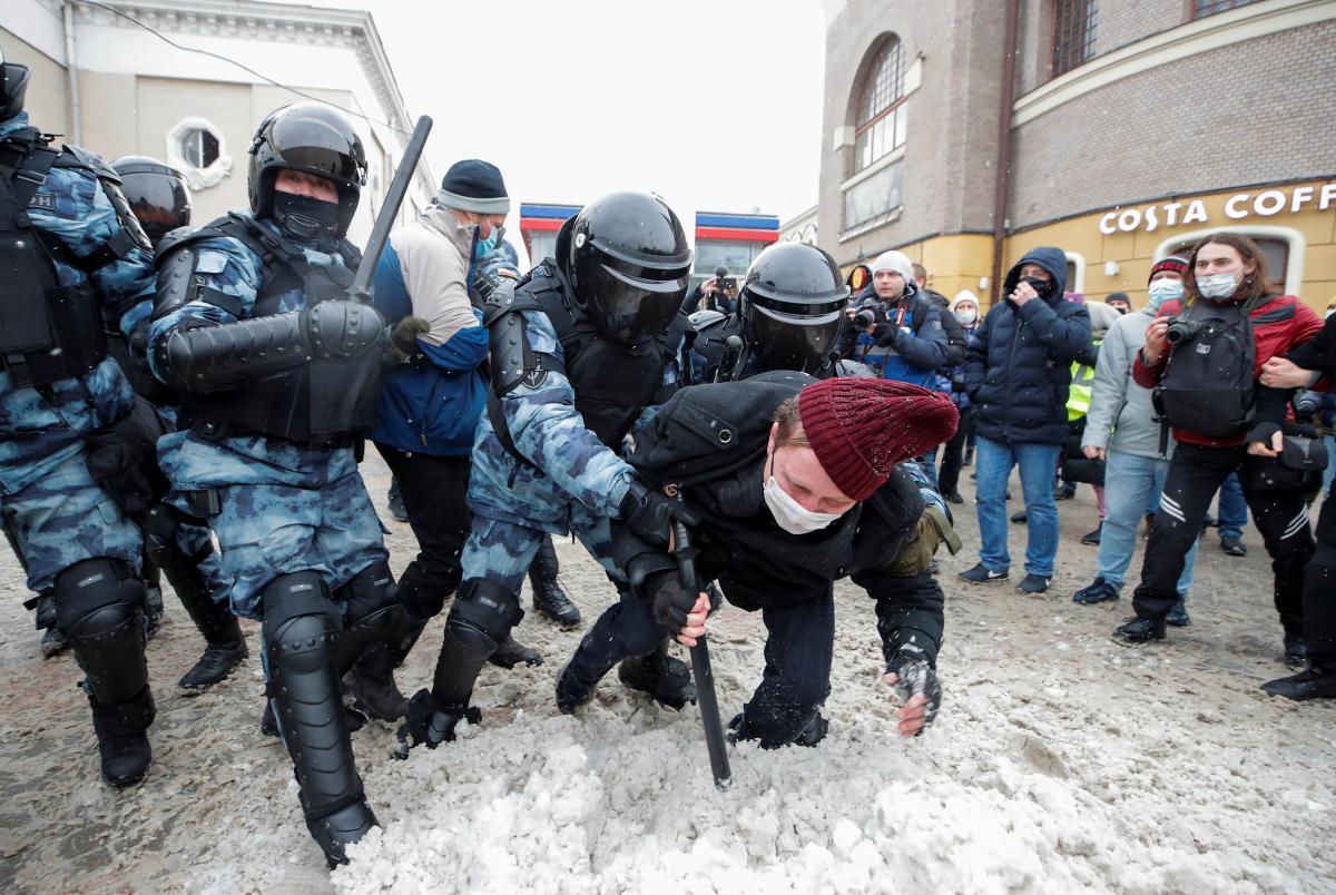 На тлі протестів в РФ Путін суттєво збільшив штрафи за непокору силовикам