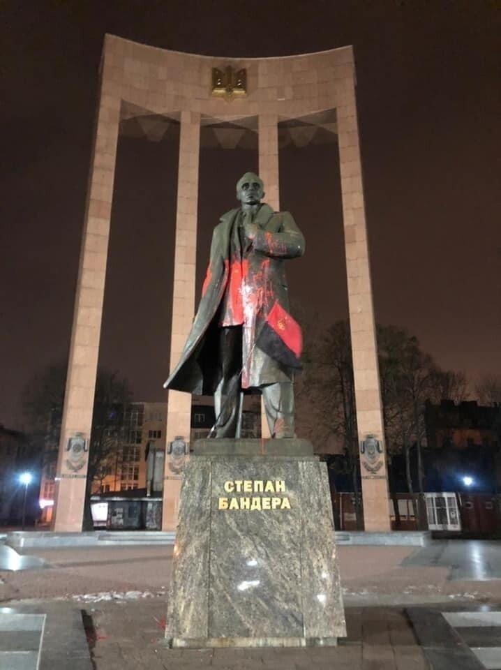 Во Львове красной краской облили памятник Бандере