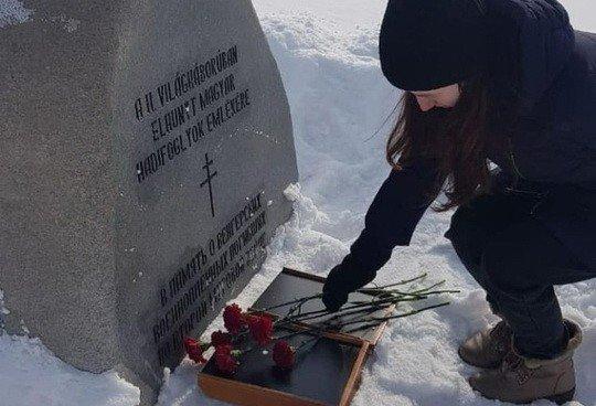 Ошибочка вышла: на России фанаты Путина возложили цветы на могилу… гитлеровских солдат