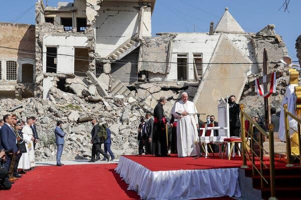 Папа Римский провел службу в «столице» «Исламского государства» возле развалин храма. ВИДЕО