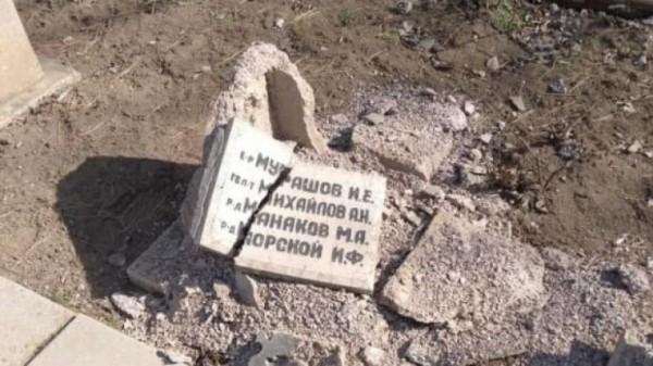Пьяный российский турист приехал в Крым и разбил мемориальные плиты на братской могиле