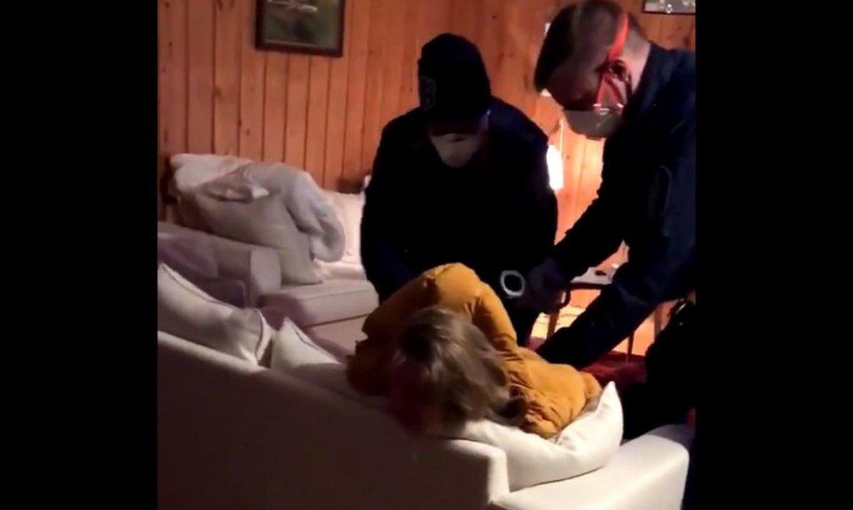 В Финляндии копы скрутили женщину, отказавшуюся тестироваться на COVID