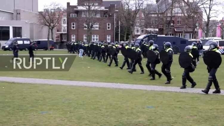 В Нидерландах полиция применила водометы против протестующих голландцев