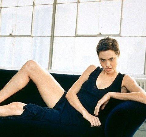 """Джоли улеглась на диване в образе томной """"кошки"""""""