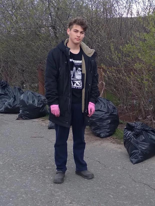 Київський школяр самостійно прибирає стихійне сміттєзвалище, що влаштували сусіди, не чекаючи на допомогу дорослих