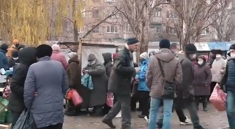 Окупований Донецьк. Дивіться всі, як годують тих, хто звав рюзький мир та росію, до своєї процвітаючої країни.