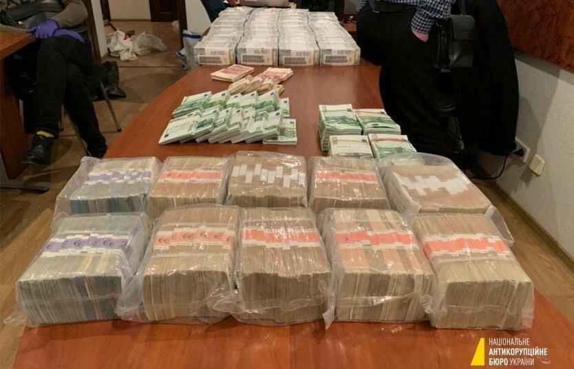 У задержанных на взятке адвокатов нашли миллионы долларов