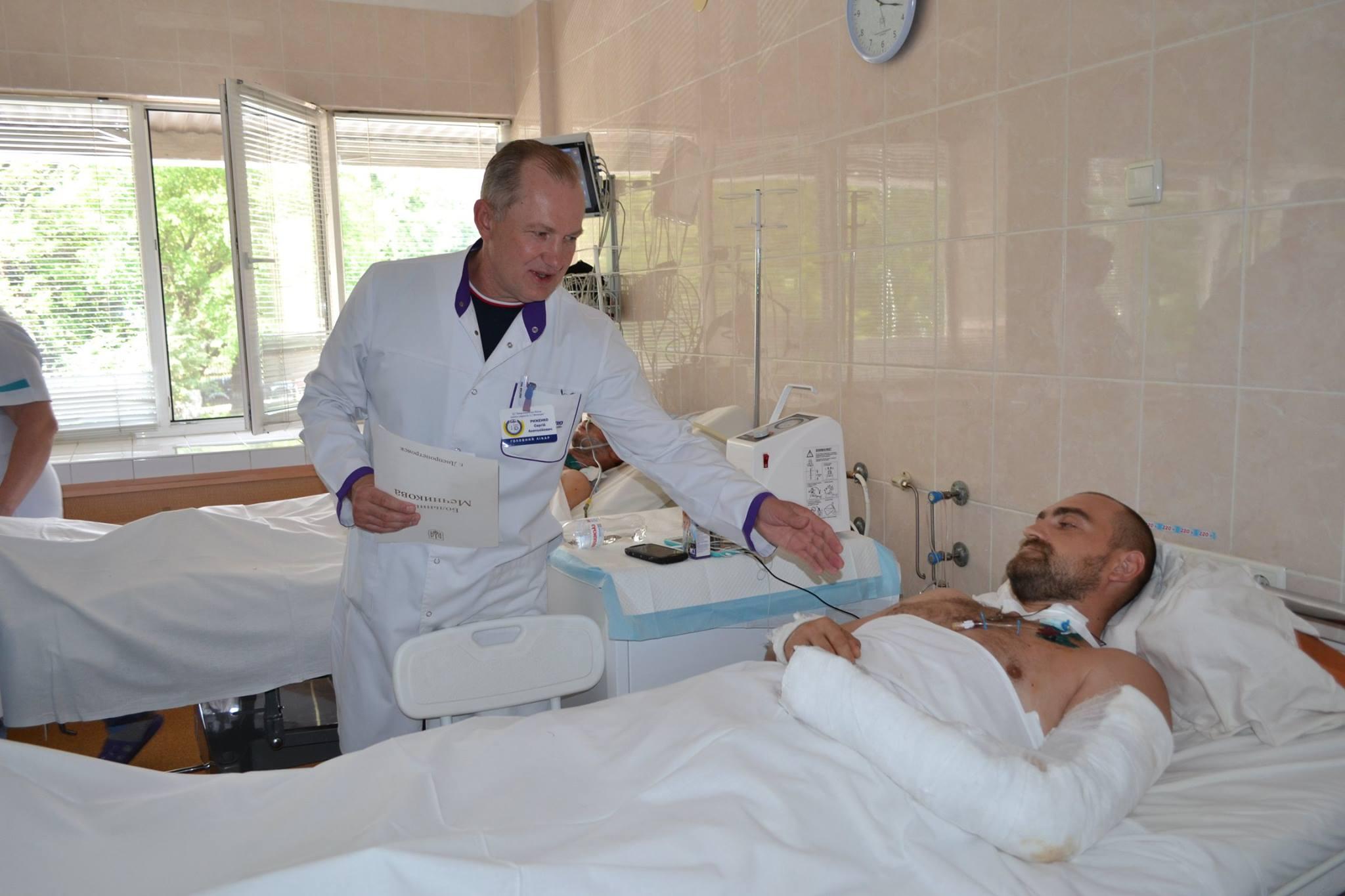 Лікарі Мечникова у Дніпрі врятували майже 2,5 тисячі життів! Хірург Олексій Анатолійович Комок – один із тих, хто щодня рятує армійців.