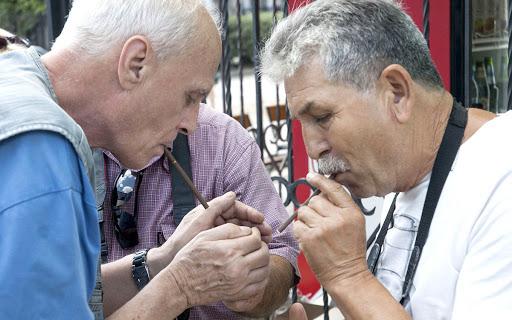 Пандемія… Стою на вулиці, курю. Підходить мужик в масці, показує сигарету, просить прикурити. Як вчинити?