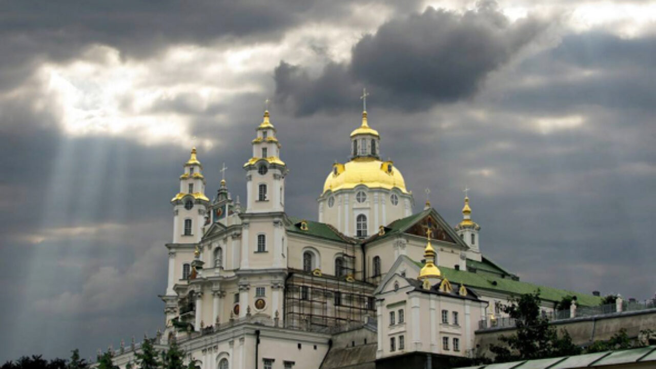Знаєте, у Почаєві, усюди висять плакати: «Бог нє панімаєт по-украінскі». У нас по усіх соціологіях 90% населення вважає себе українцями, тож і церква має бути українською.-депутат