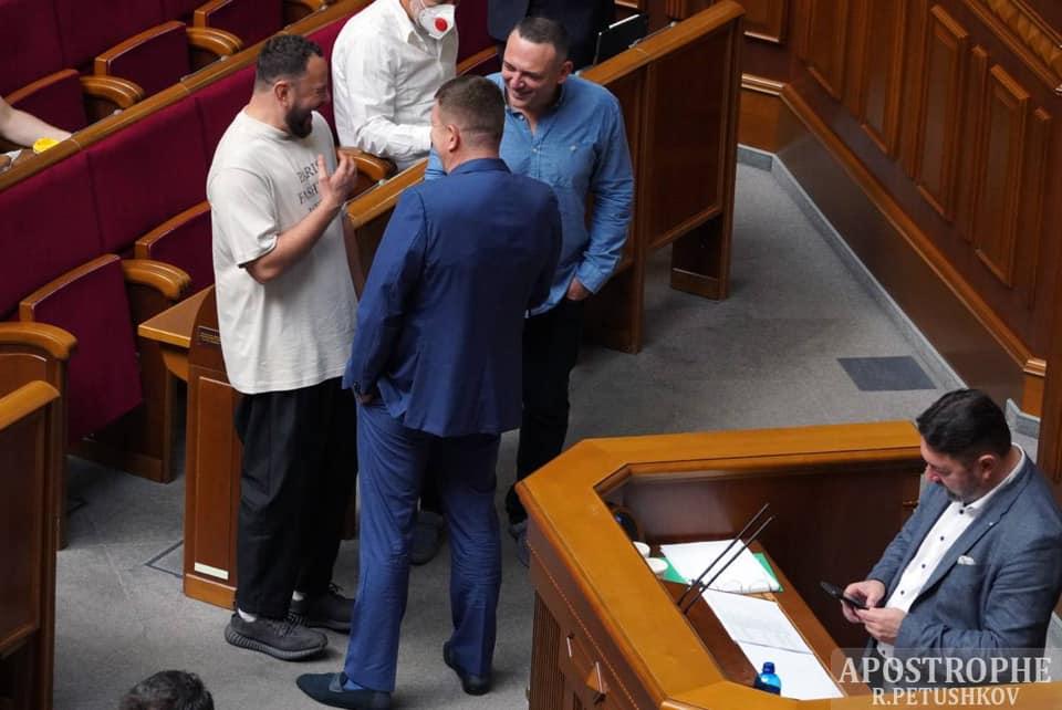 Назар Приходько Мало того, що він ДОСІ Нардеп… и куди так вирядився? В АТБ на рідній тобі Борщагівці чи у Парламент?