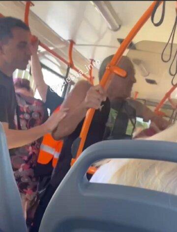 """Пассажиры избили мужчину в троллейбусе Одессы, видео: """"отказался платить за проезд"""""""