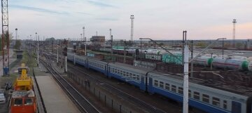 """Поезд """"Укрзализныци"""" столкнулся с трейлером на переезде: первые данные ЧП"""