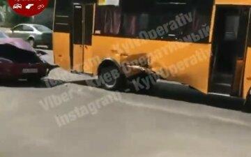 Tesla на скорости протаранила маршрутку: вопиющие кадры аварии в Киеве