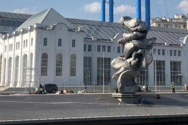 """В Москве установили """"памятник говну"""""""