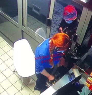 Вооруженный мужчина атаковал McDonald's в Одессе: видео происходящего