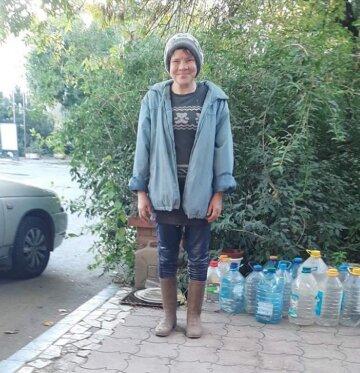 Бездомная нашла пакет с крупной суммой и вернула их владельцу: за честность получила 100 грн