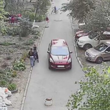 Маленькую украинку похитили прямо из коляски: ее бабушку избили