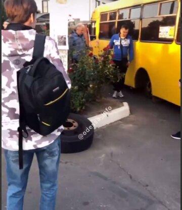 """""""За что платить 10 грн?"""": одесская маршрутка развалилась на ходу, колесо попало в окно, кадры"""